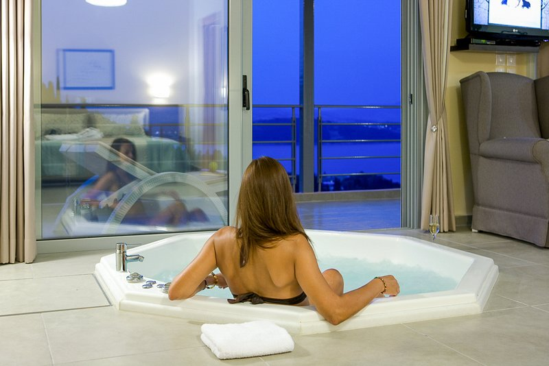 Pasithea Suite-Luxury suite with Jacuzzi and sea view-Breakfast included, vacation rental in Yenion