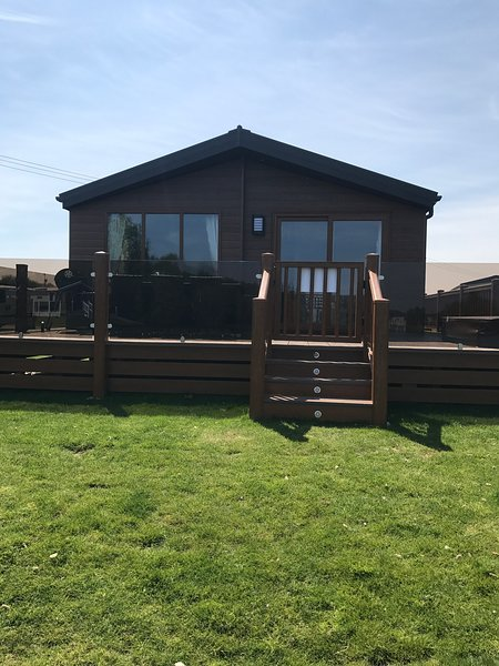Hideaway 3-3 Bedrooms-LAKESIDE Lodge-Hot Tub-Private Fishing-lockable decking, holiday rental in Timberland