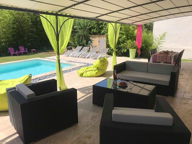 Villa contemporaine, proche d'Avignon avec piscine chauffée (6 personnes), holiday rental in Tavel