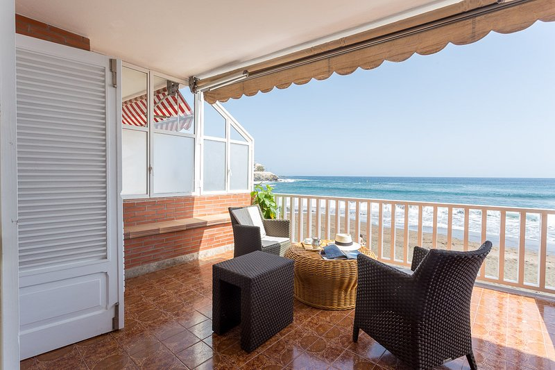 Apartment with terrace on the beachfront, vacation rental in Melenara