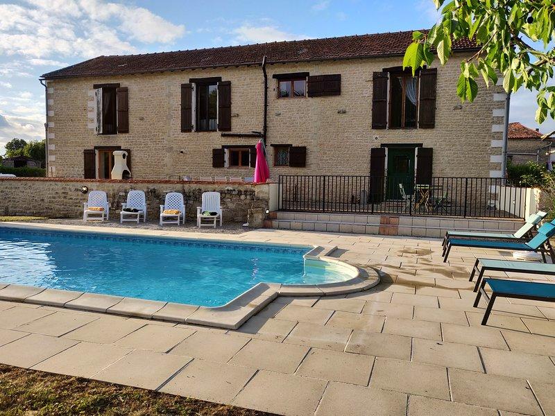 Charming Converted Barn with Heated Pool, location de vacances à Villeneuve-La-Comtesse