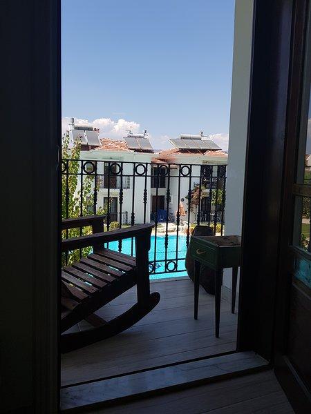 sedersi e rilassarsi mentre si guarda la piscina e le montagne