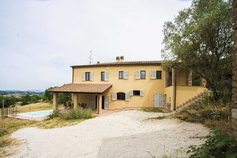 Stunning Umbrian Farmhouse & infinity pool with views of the Valle D'Orza, vacation rental in Penna in Teverina