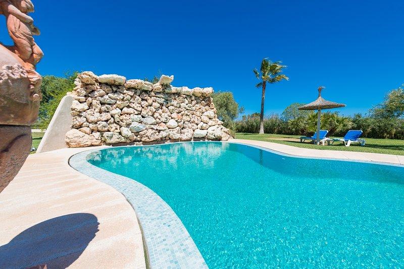 Increíble villa GAMUNDI de 6 dormitorios, precioso jardín y piscina., casa vacanza a Playa de Muro