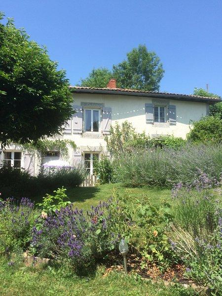 Les Petites Cerises Family Gite Charente, aluguéis de temporada em Lesignac-Durand