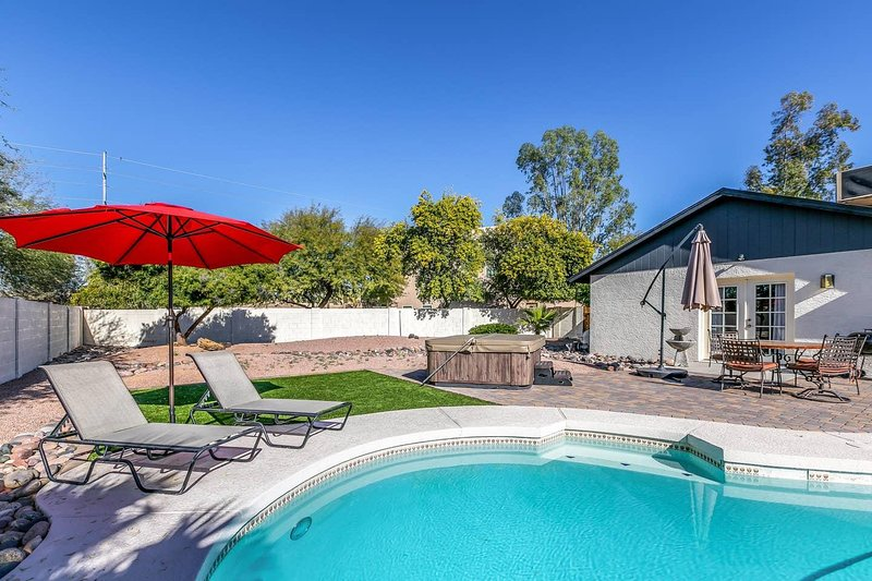 Large Private Back Yard, Pool & Jacuzzi