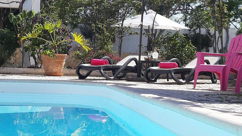 SALT WATER POOL - FREE doorstep parking - Walk to Vau beach, alquiler de vacaciones en Portimao