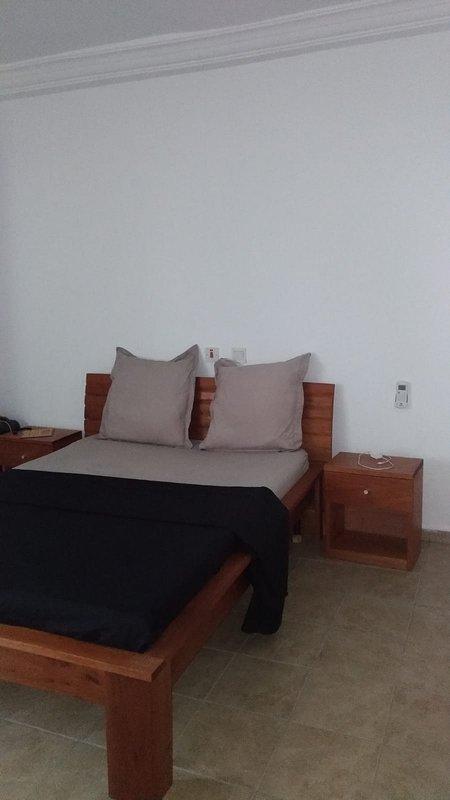 Appartement équipé tout confort, clim, eau chaude, vue dégagée sans vis à vis, holiday rental in Koumassi
