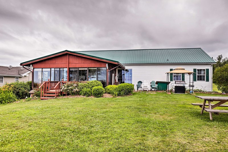 Lyndonville House w/ Fire Pit & Screened-In Patio!, holiday rental in Kent