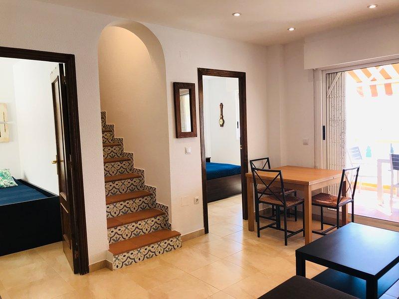 Bottenvåningen, med AC, WiFi, sovrum, 2: a sovrummet och tillgång till kök, badrum och balkong.