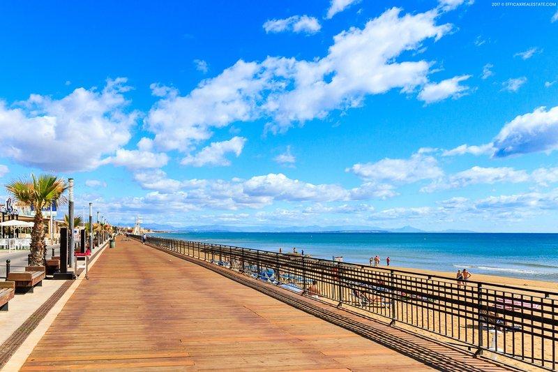 Strandpromenad med restauranger och strandkaféer, 300 meter från lägenheten.