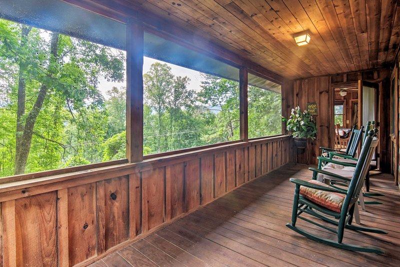 Bryson City Cabin w/Mtn View ~4 Mi to Rafting, holiday rental in Nantahala Township