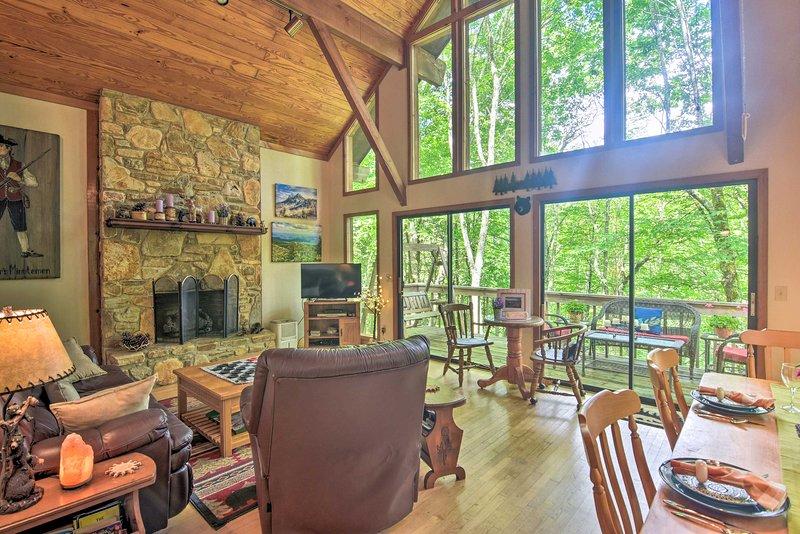 Linville Land Harbor Cabin w/ Deck & Views!, alquiler de vacaciones en Jonas Ridge