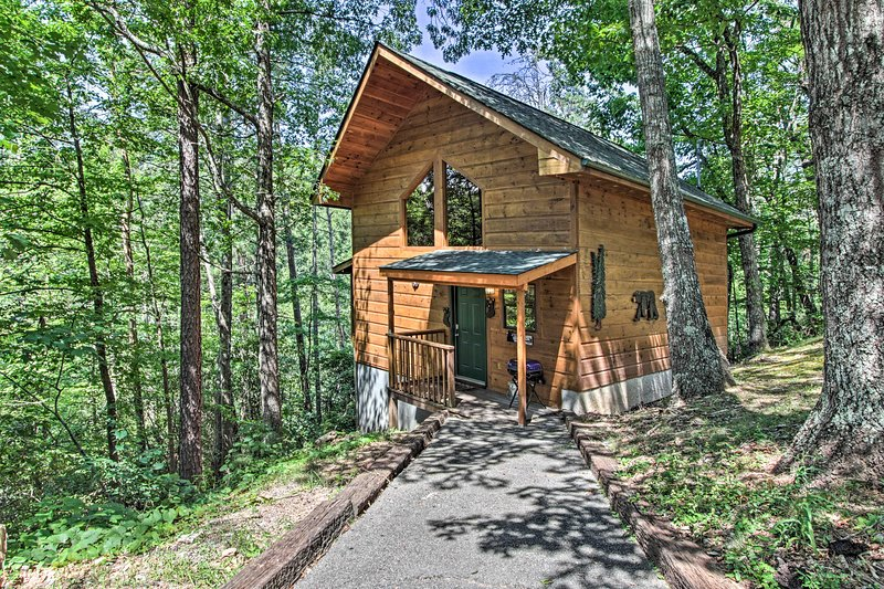 'Bearadise': Romantic Cabin w/Hot Tub & Pool Table, vacation rental in Gatlinburg