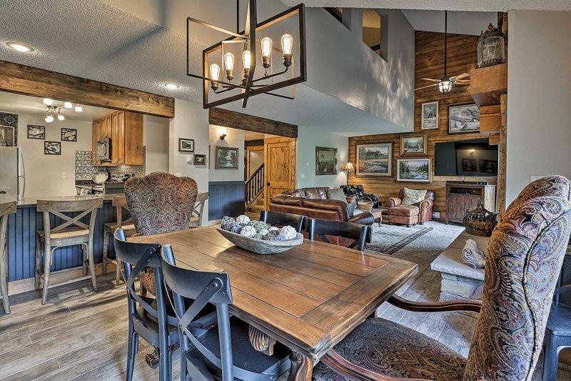 Te encantará el interior recientemente remodelado con una variedad de detalles de granja.
