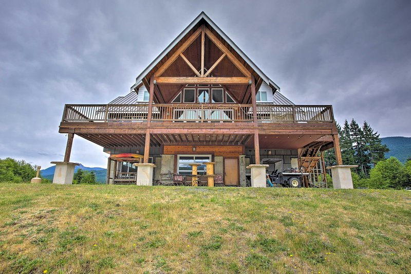 Villa w/ Firepit + Pond - 11 Miles to Mt Rainier!, holiday rental in Packwood