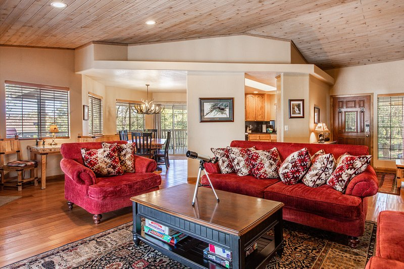 Big Bear City Family Cottage w/Hot Tub & Game Room, alquiler de vacaciones en Sugarloaf