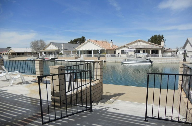 Lakehouse with Golf-Cart, Kayaks and Paddle Boat, holiday rental in Victorville