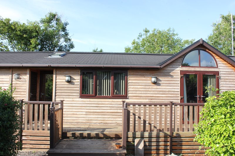 Apple Tree Lodge with private hot tub & garden, location de vacances à Otterham
