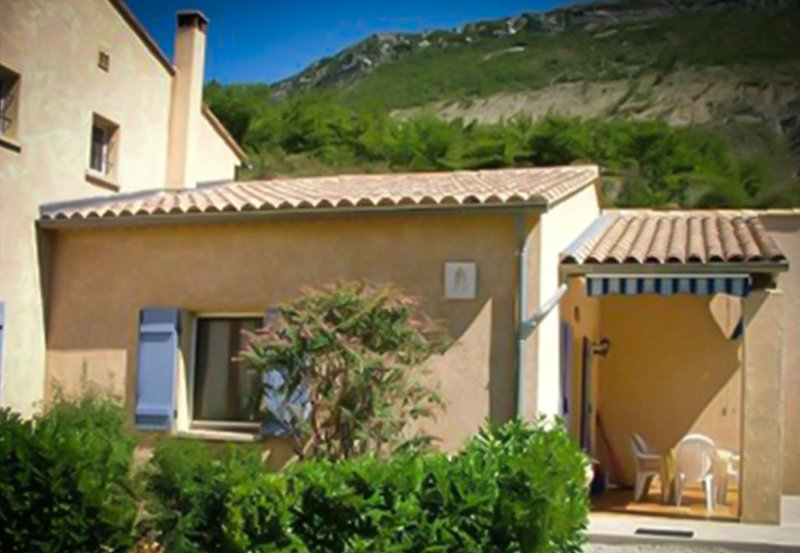 Amazing house with shared pool, location de vacances à Eygaliers