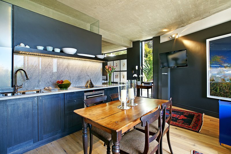 Chic Views - a luxurious 1 bedroom cottage in Tamboerskloof, Cape Town, vacation rental in Mowbray