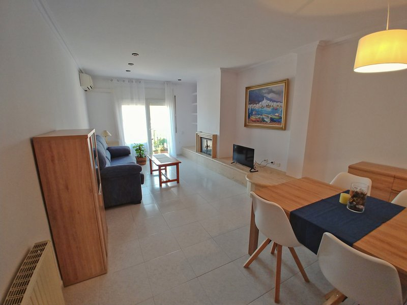 MODERN APARTMENT WITH COMMUNITY POOL IN PALAMÓS, vacation rental in Vall-Llobrega