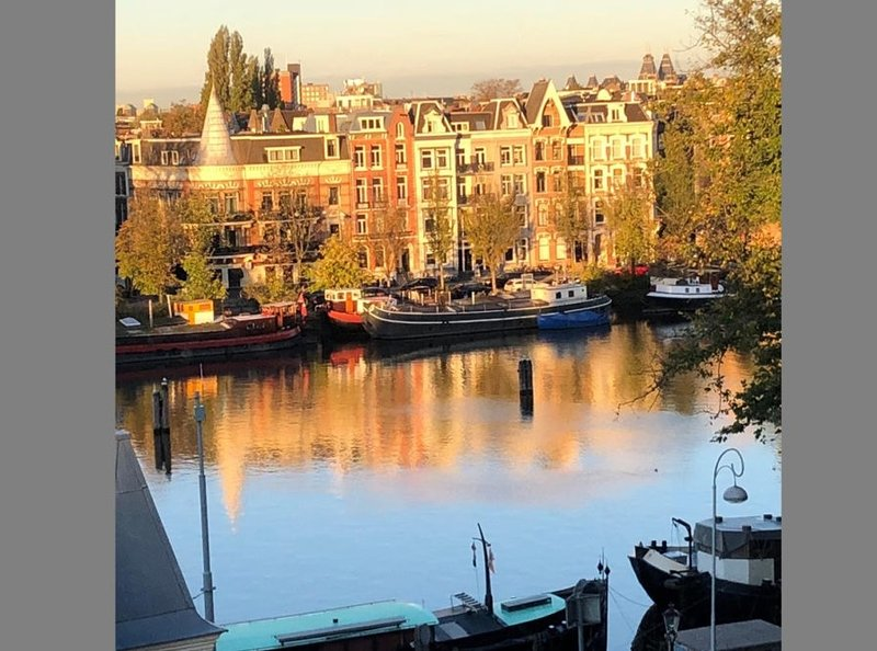 VIEWS OF AMSTEL CANAL FROM THE LUXURY OF YOUR HOME, holiday rental in Duivendrecht