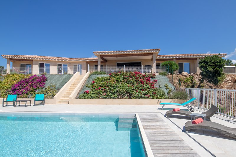 Belle villa  piscine et jacuzzi 10 pers avec vue sur le Golfe de Valinco, holiday rental in Serra-di-Ferro