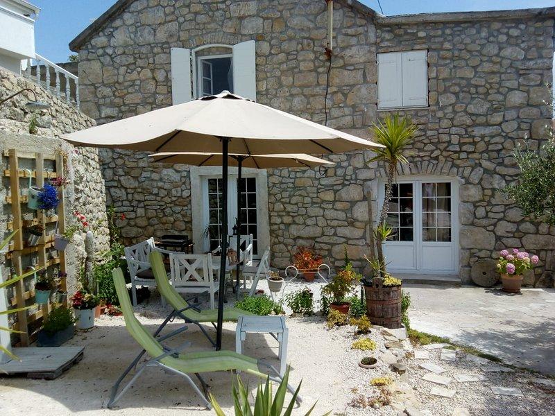 house of stone, holiday rental in Razanac