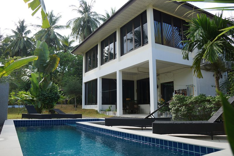 Twin Villas 2 bedroom apartment with a swimming pool, vacation rental in Ban Chalok Ban Kao