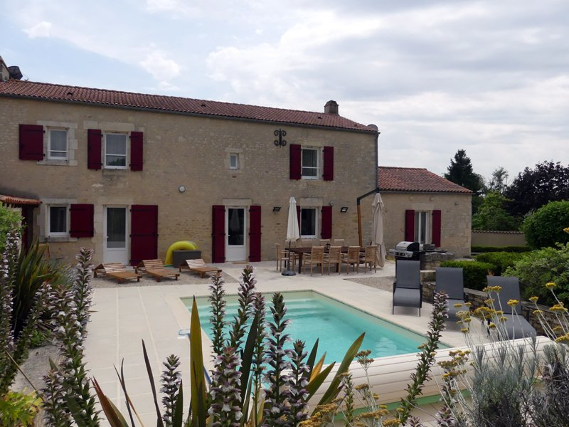 Residence des Papillons with heated pool & gardens in the Vendée, location de vacances à Sainte-Hermine