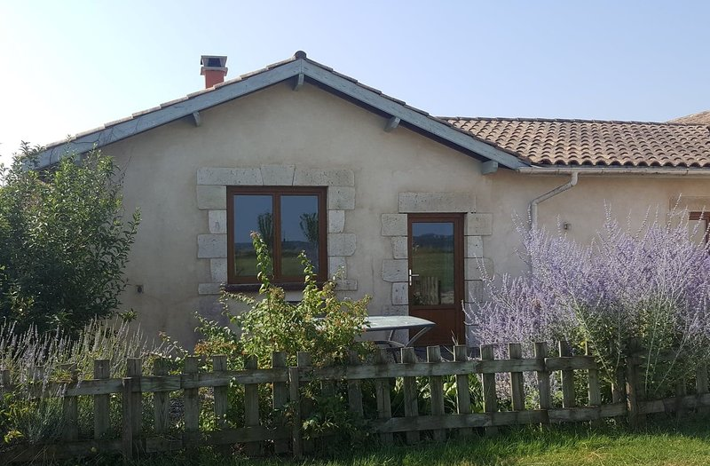 Quite studio apartment perfect for 2 people close to Eymet S/W France, holiday rental in Eymet