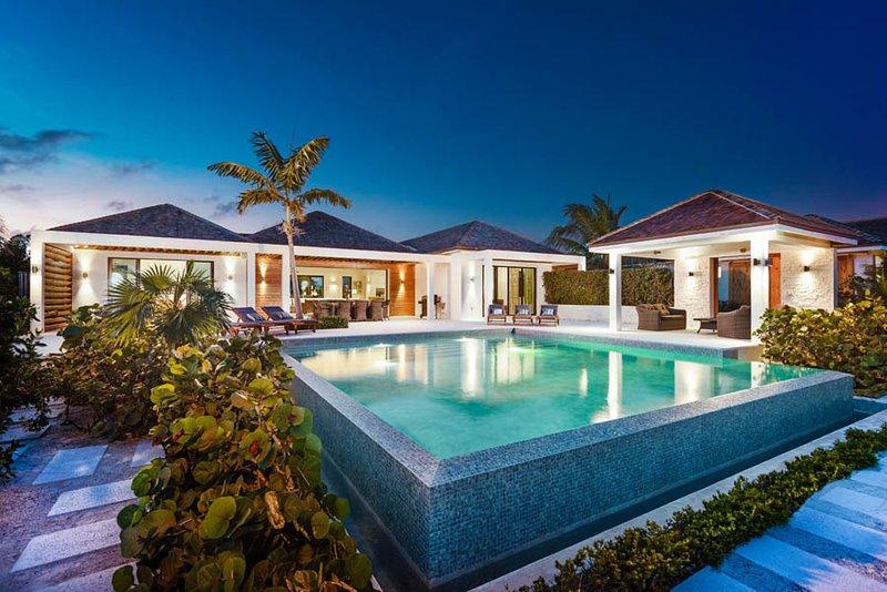 Brise De Mer 6 Bedroom Villas - Beachfront, casa vacanza a Long Bay Beach