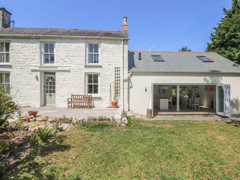 LITTLE CHYCOOSE, open fire, large garden, en-suite shower room, Falmouth and, Ferienwohnung in Threemilestone