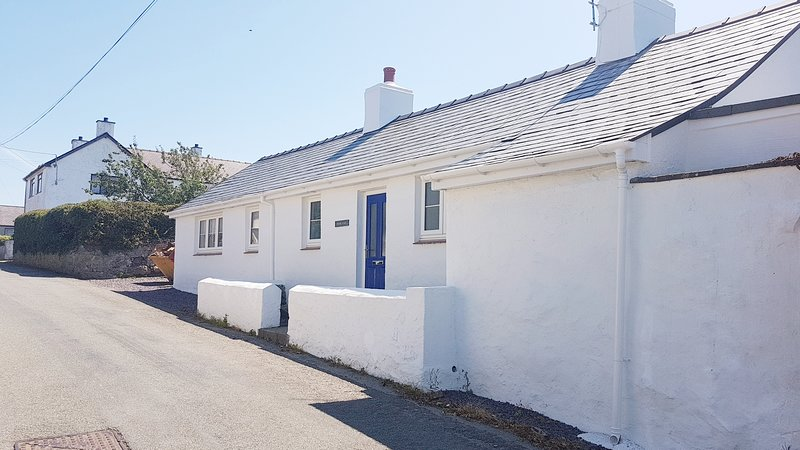 Chapel Place Characterful Refurbished Holiday Property sleeps 6, pet friendly, location de vacances à Aberffraw