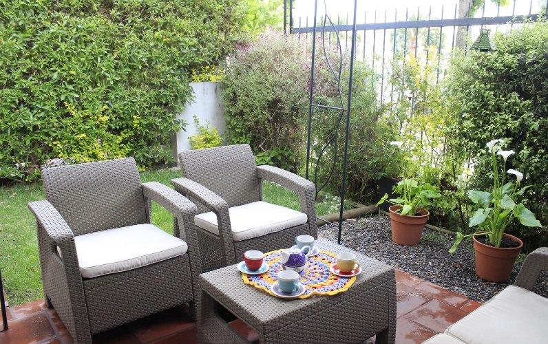 Muebles de patio para disfrutar de un café o bebidas a media tarde con amigos en la tarde