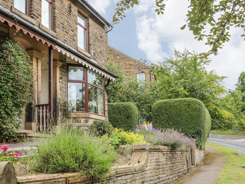OAK DENE, beautifully presented, en-suite, woodburning stove, WiFi, on edge of, location de vacances à New Mills