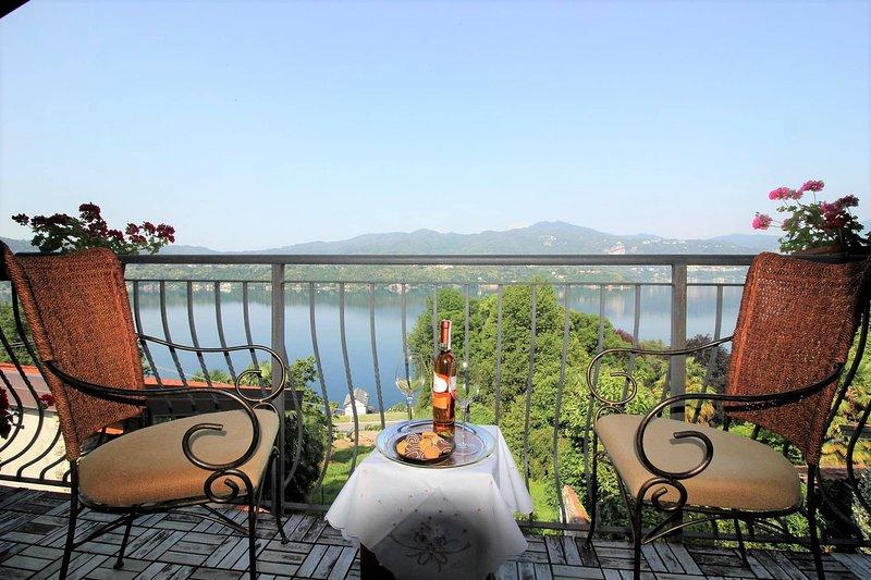 Giglio appartamento con splendida vista lago e vasca idromassaggio, Ferienwohnung in Ameno