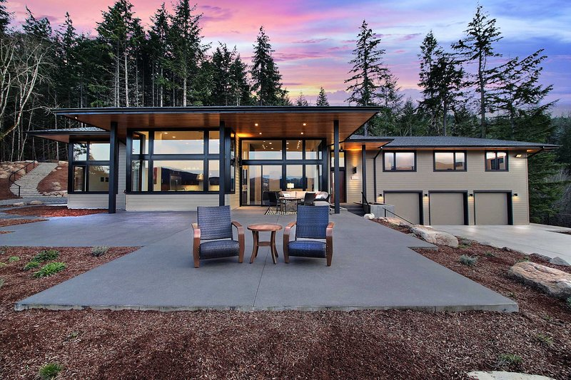 'Pahto's Retreat' Luxe White Salmon Home w/Hot Tub, holiday rental in Trout Lake