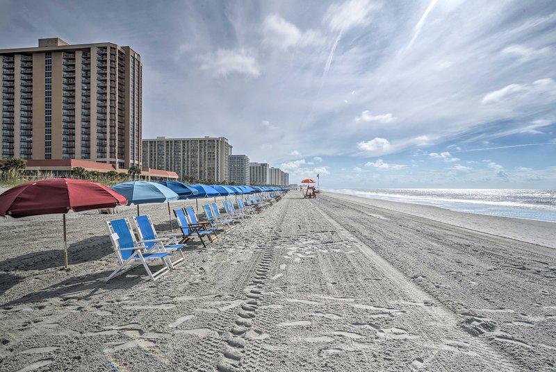 A praia fica a poucos passos de distância.