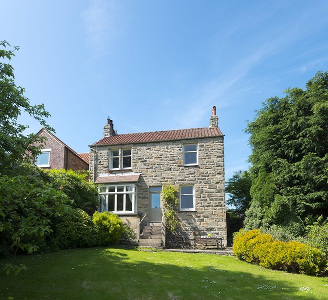 SOUTH VIEW COTTAGE, 6 bedrooms, Whitby, Ferienwohnung in Briggswath