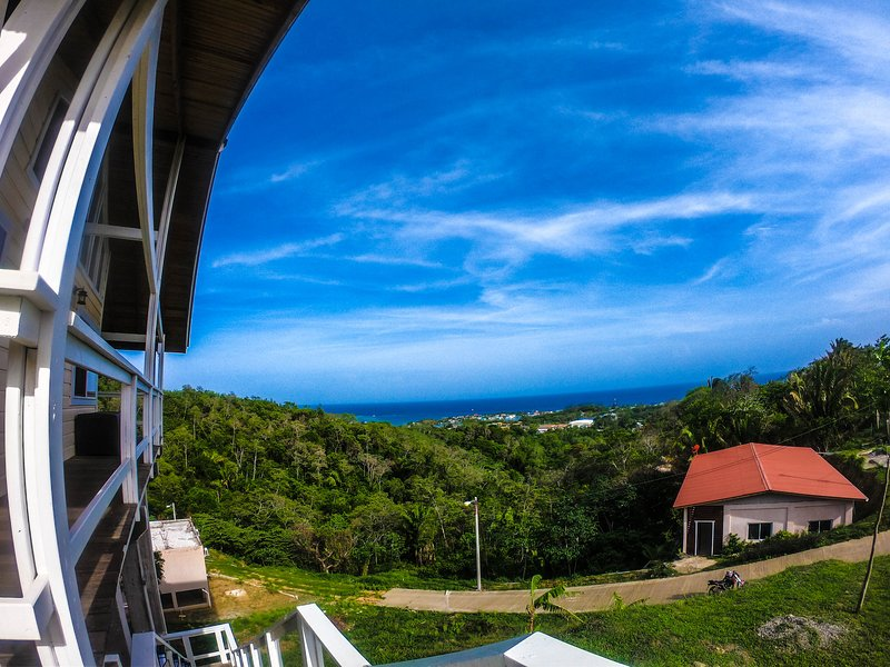 Gorgeous Mahogany Hills Home With Amazing Views, alquiler vacacional en French Harbour