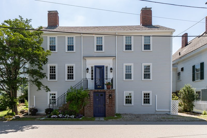 New listing! Dog-friendly apartment in a prime location - walk to town beaches!, holiday rental in Cape Ann
