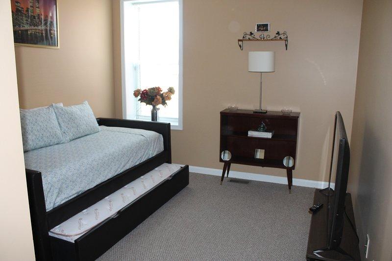 """2º quarto com camas de solteiro e TV de tela plana de 49 """""""