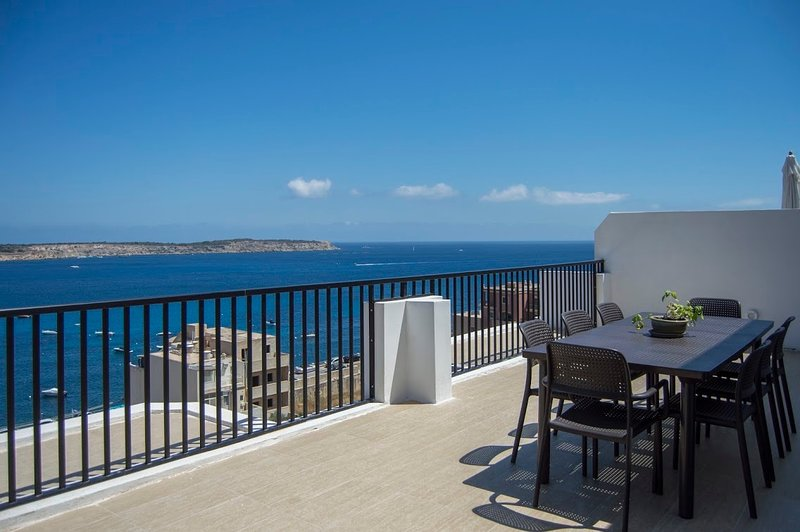Mellieha - Modern Penthouse Close to Sandy Beach, Large Terraces, Seaviews, WIFI, alquiler vacacional en Cirkewwa