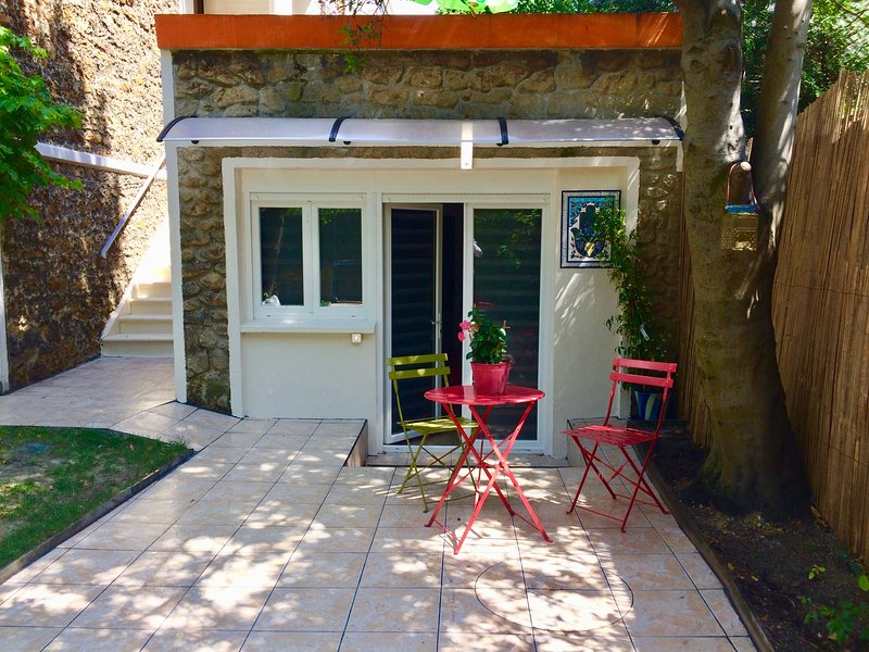SUITE PRIVATIVE AVEC TERRASSE ET JARDIN AUX PORTES DE PARIS, holiday rental in Chelles