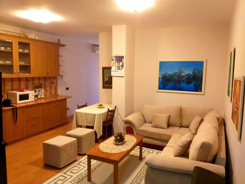 Sunny 1-BD Apartment in a charming area, location de vacances à Daias-Barabas