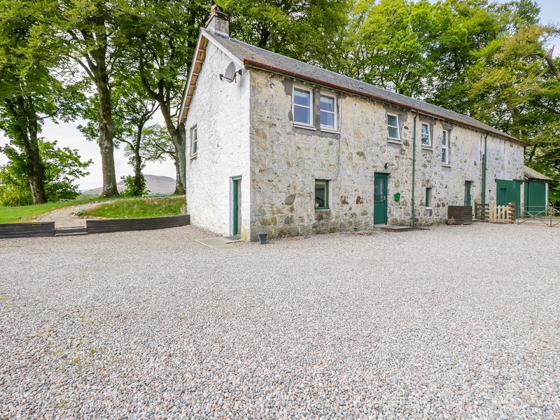 CAMISKY STEADING, pet-friendly, WiFi, near Fort William, holiday rental in Roybridge