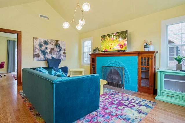 Pastel Palace- Wit & whimsical - 4 mins from Plaza, 5 mins from Uptown 23rd, holiday rental in Oklahoma City