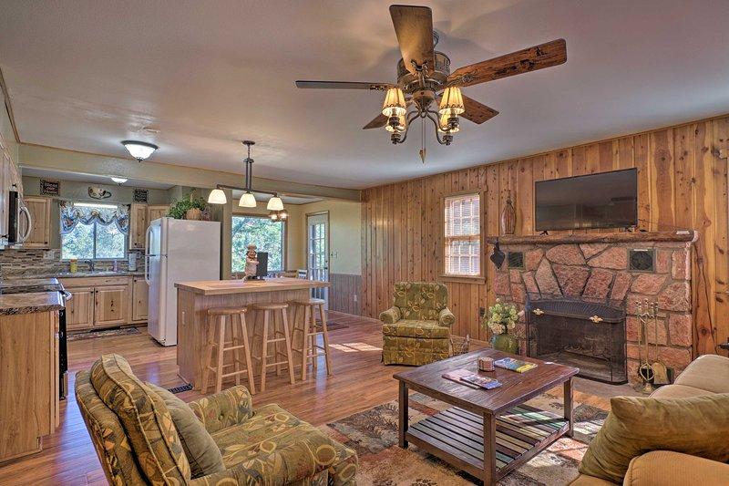 Cabin w/ Porch 5 Miles to Manitou Springs!, location de vacances à Cascade